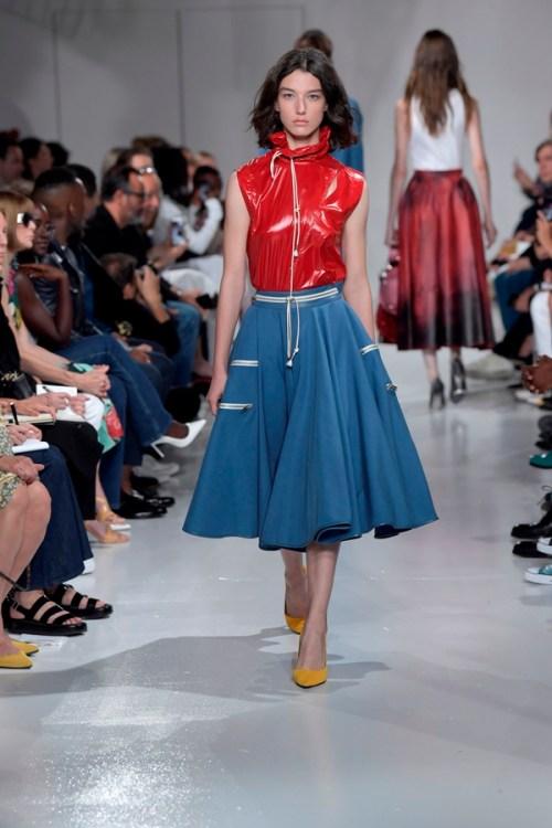 Calvin Klein Primavera 2018 - Raf Simons - top vinil vermelho saia evasê azul claro, sapato mostarda - semana de moda nova york