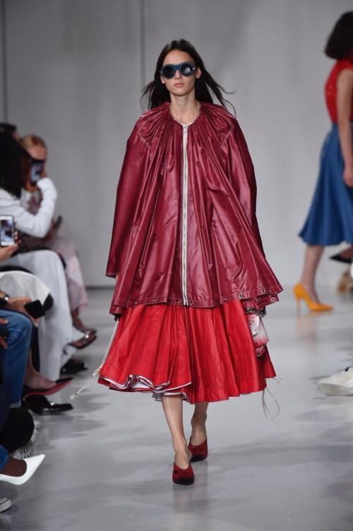 Calvin Klein Primavera 2018 - Raf Simons - saia evasê + casaco emborrachado vermelho e vinho - nova iorque semana de moda