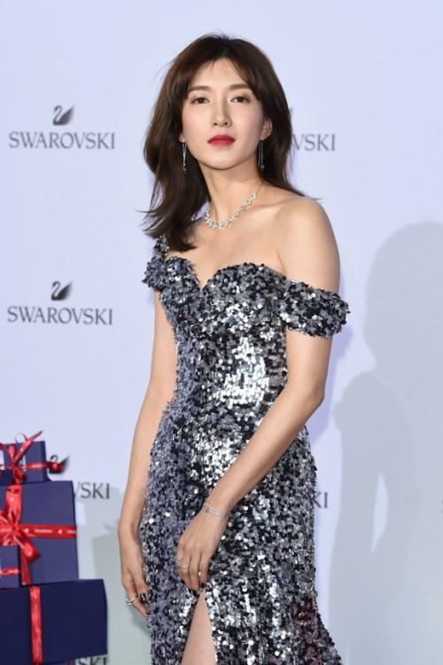 Maggie Jian - vestido longo festa ombros em evidência prata paetês red carpet