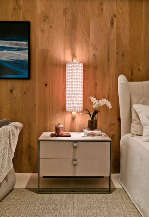 parede de madeira, detalhe quarto criado mudo claro, luminária lateral cama
