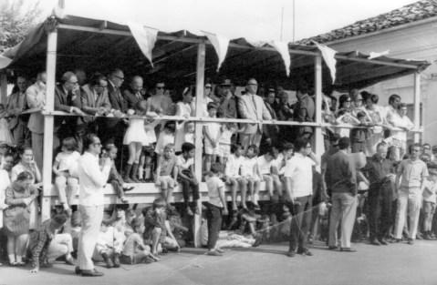 Aniversário da cidade, com transmissão por rádio. Geraldo Polezze na frente do palanque com camisa branca