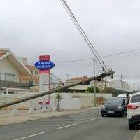 Mafra | Postes caídos na estrada em Ribamar (Santo Isidoro)