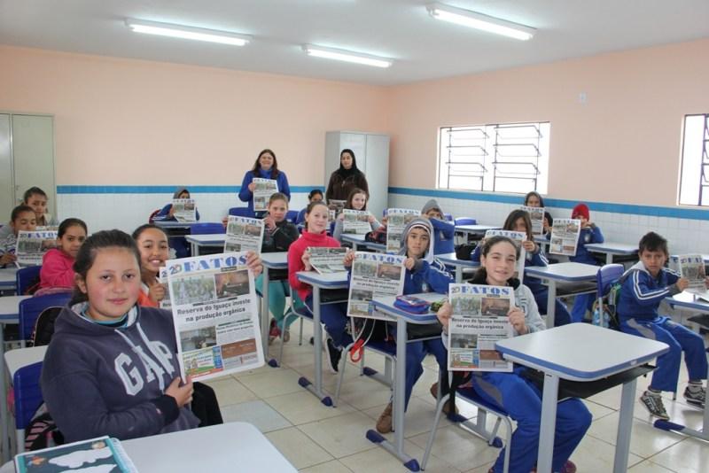 Escola Nova Divineia: Alunos e professora do quinto ano da escola Nova Divineia e a diretora ficaram felizes ao receber o  Fatos do Iguaçu. (Foto:Nara Coelho/Fatos do Iguaçu)
