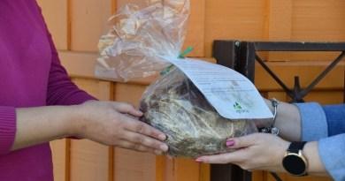 Cooperados recebem pão integral pelo Dia do Agricultor