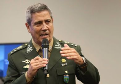 Braga Netto vai coordenar os ministros, diz Bolsonaro