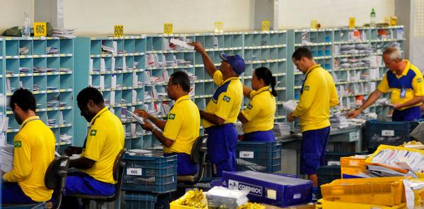 13/10/2011. Crédito: Breno Fortes/CB/D.A Press. Brasil. Brasília - DF. Carteiros trabalham no centro de distribuição da Empresa de Correios e Telégrafos - ECT do Setor de Indústria e Abastecimento - SIA, após fim da greve.