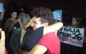Rosana Cunha abraça o filho Gabriel após liberação - Foto de Lina Marinelli