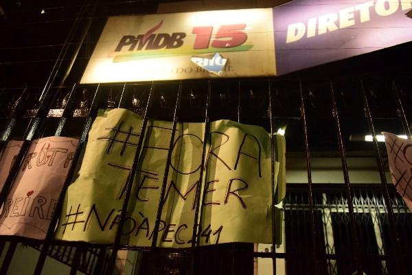 Manifestantes colaram cartazes denunciando a PEC 241 e as medidas do governo de Michel Temer, na sede do Partido, em Belém. (Carvalho da Costa/Arquivo Pessoal)