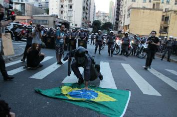 Policial Militar retira bandeira de manifestação (Lucas Martins)