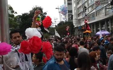 Flores pela Democracia na Parada LGBTi