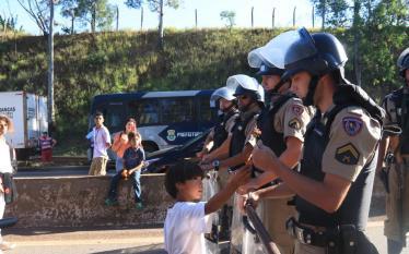 MORADORES SÃO ATACADOS PELA PM DURANTE MANIFESTAÇÃO PACÍFICA EM BELO…
