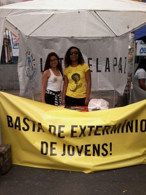 Andreza Dionisio (à esquerda) e Fernanda França (à direita), voluntárias da Anistia Internacional, coletavam assinaturas para a campanha Jovem Negro Vivo.