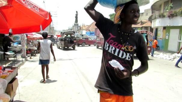 Bel Air, gueto de origem de Yves. Ao fundo, a estátua de Madame Colo, marca de um bairro inicialmente povoado pela burguesia haitiana. Foto: Miriane Peregrino