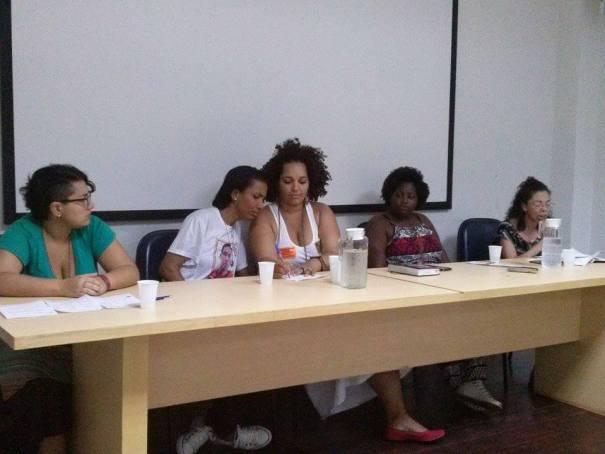 Mulheres da mesa de debate unidas para dizer não à militarização de favelas.