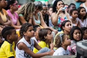 Crianças assistiam atentas e até interagiam com os personagens. Foto: Renato Mangolin