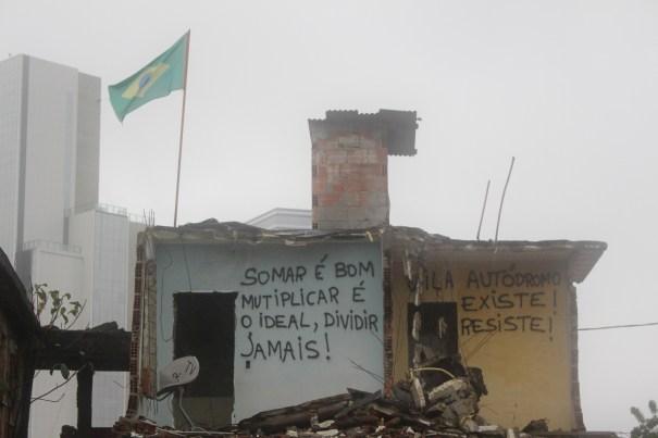 Entre os escombros da Vila Autódromo, os muros que restam são usados para expressar a indignação e a esperança dos moradores. l Foto: Miriane Peregrino