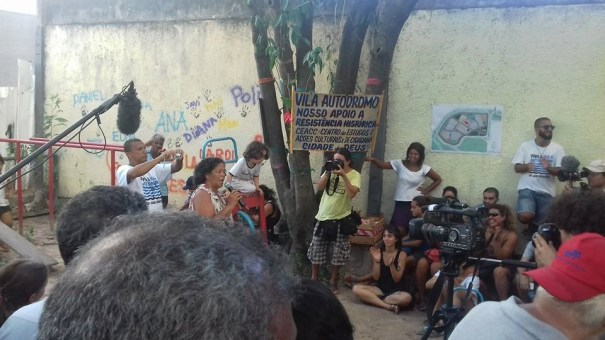 No dia 27 de fevereiro deste ano, os moradores apresentaram o Plano Popular de Urbanização mas a Prefeitura do Rio elaborou seu próprio plano sem a participação da comunidade. O Plano Popular foi ganhador do prêmio internacional de urbanismo, Urban Age Award, em 2013. l Foto: Miriane Peregrino