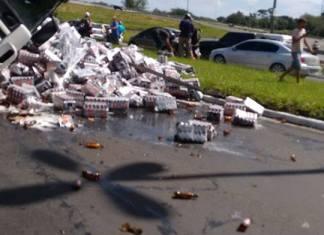 Caminhão carregado com cerveja ,tomba na Rs118 em Gravataí. Motoristas de carros que passava no local na hora do acidente saqueiam a carga .