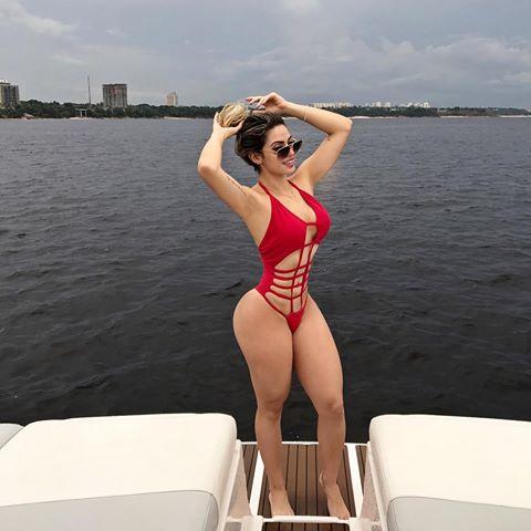 Modelo tira foto destacando o rio Negro