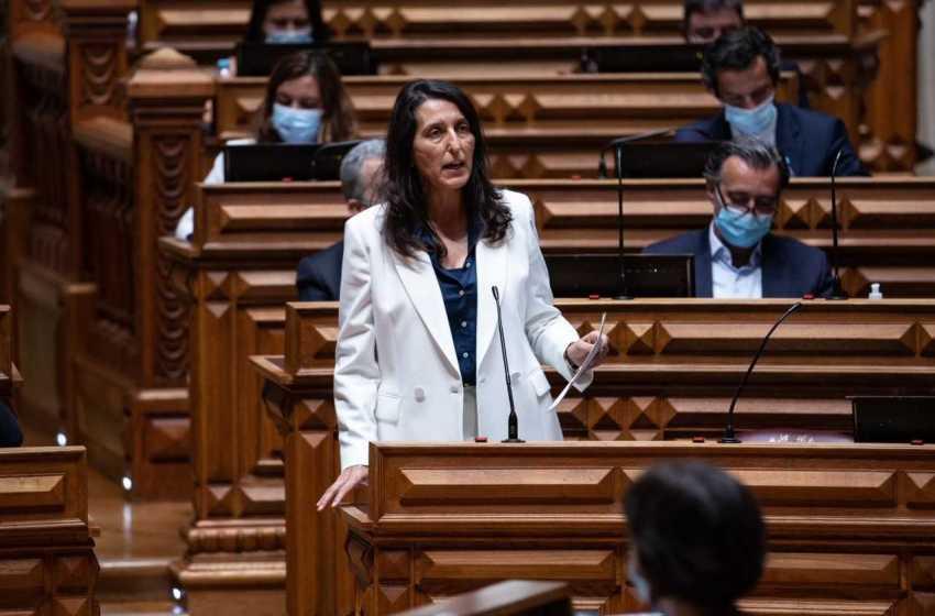 """Política: Cláudia André afirma que """"educação e formação são a chave para ultrapassar os desafios da competitividade"""""""