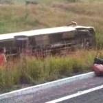 Ônibus tomba a caminho de jogos escolares, um jovem morre e há feridos