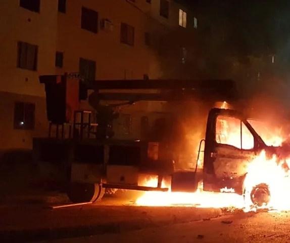 Criminosos incendeiam caminhão da Emdur no Orgulho do Madeira