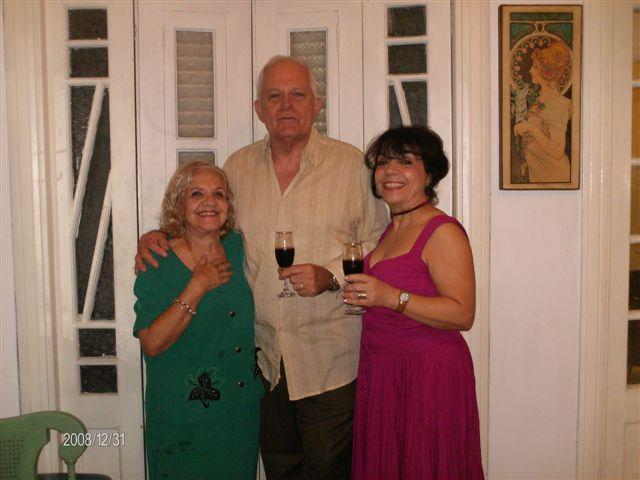 3La actriz María Eugenia García y su madre Selene Gonce, junto al conocido director y actor cubano Carlos Padrón, también Presidente de la Sección de Artes Escénicas de la UNEAC, el 31 de Diciembre pasado.
