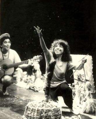 María Eugenia García y Augusto Blanca, en una escena de La flor de Cuba, escrita y dirigida por David García Gonce, a partir de los testimonios personales y los muñecos artesanales de su madre Selene Gonce.