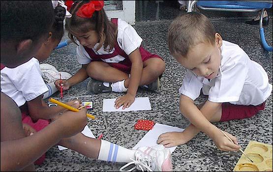 Niños cubanos pintando...