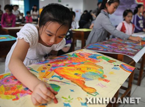 Niña china, pintando en su día...