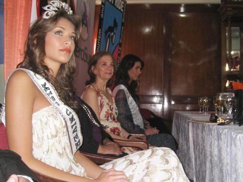Dayana Mendoza, en sus labores como Miss Universo 2008.