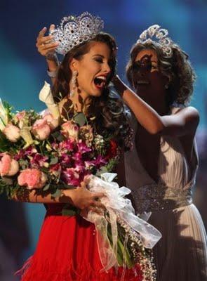 Miss Universo 2008, Dayana, entregándole la corona a Miss Universo 2009, Stefanía, ambas Misses de Venezuela.