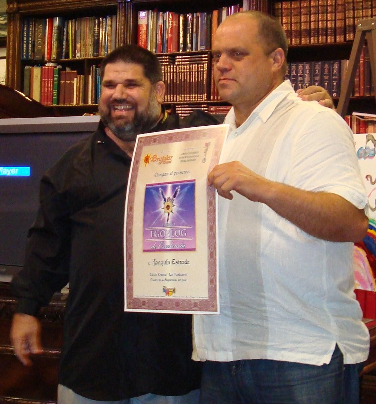 Josán Caballero premiando al bloguero Joaquín Estrada-Montalván, alias Gaspar El Lugareño.