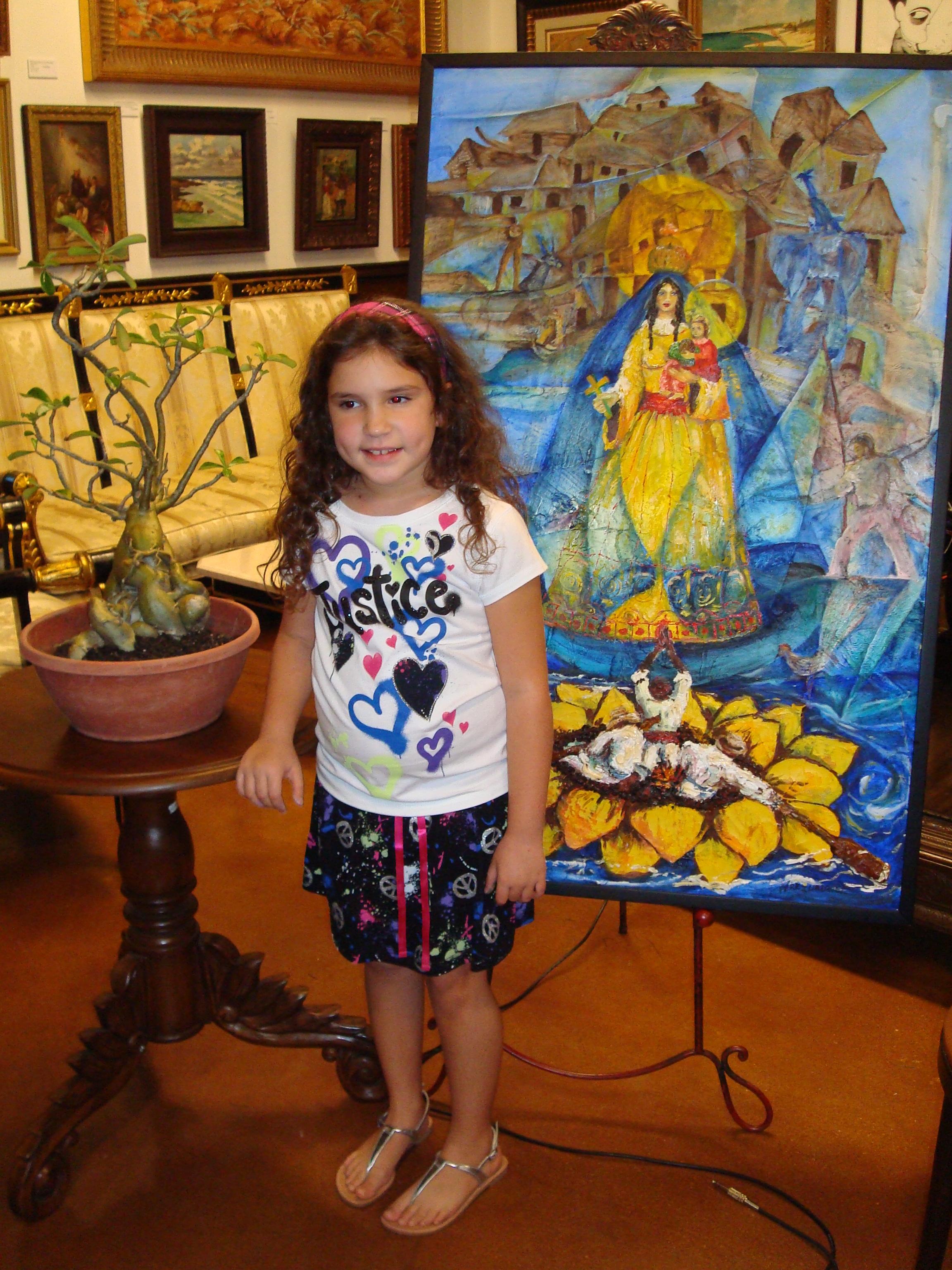 La niña Melisa Ortiz, con dos de los atributos del espectáculo. El cuadro de Ignacio Pérez Vázquez y el bonsái ficus, perteneciente a su padre Raúl, que originó el Premio de Aportes GÉNESIS.