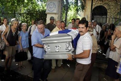 El cortejo fúnebre en el Cementerio de Colón, en La Habana.