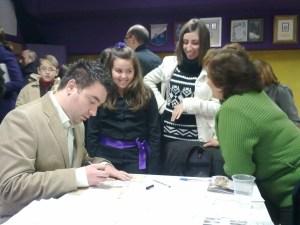 José Alberto Pina firmando un libro a una joven miembro de la banda.