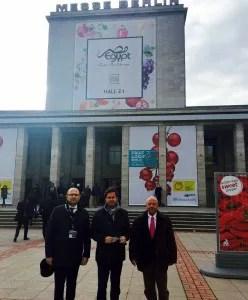 Manolo Gómez Galera, Francisco Góngora y Antonio Escobar, de El Ejido, en la Messe de Berlín, Alemania
