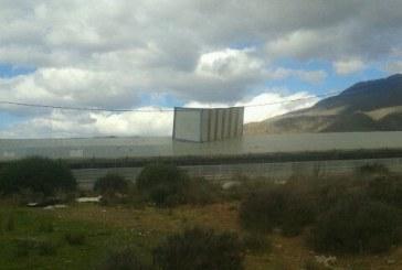 Una caseta de obra encima de un invernadero. Efectos del temporal de viento