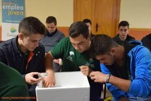 Alumnos de la EFA Campomar en las jornadas de agricultura ecológica, viendo las muestras de insectos auxiliares de Koppert.