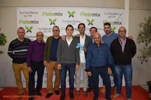 Trabajadores de producción de Pelemix España junto a familiares y clientes
