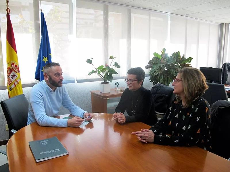 El delegado de Economía, Innovación, Ciencia y Empleo de Almería, la presidenta del Colegio Oficial de Ingenieros Técnicos Agrícolas de Almería y su secretaria.