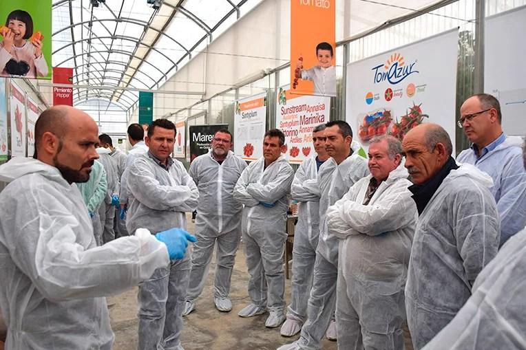 Rubén Martín explica a la directiva de Coprohníjar las líneas de mejora en tomate de Enza Zaden.