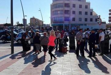 Los agricultores donan calabacín en el mercadillo de Roquetas