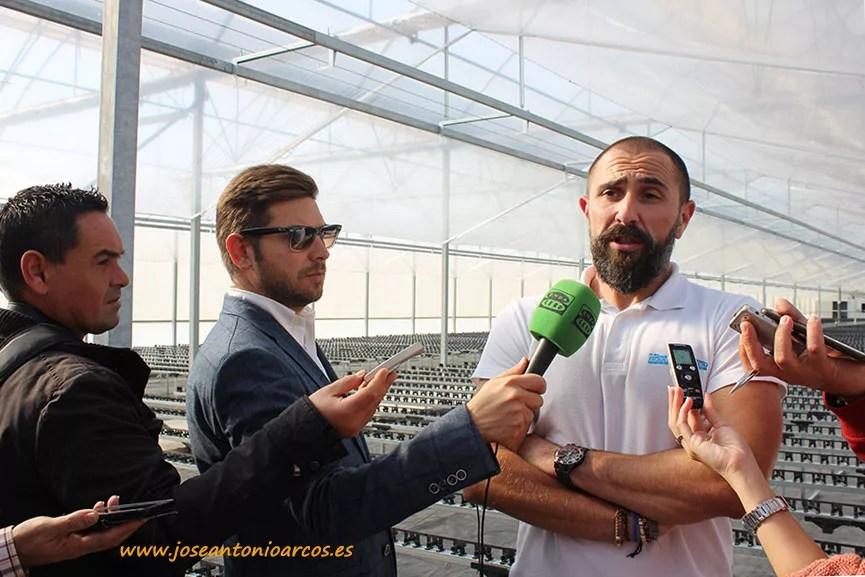 Pepe Blanco atendiendo a los medios durante la inauguración de las naves de ecológico.