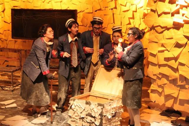 """""""La pequeña historia de Chile"""" De la Compañía de Teatro """"La  Resistencia"""""""