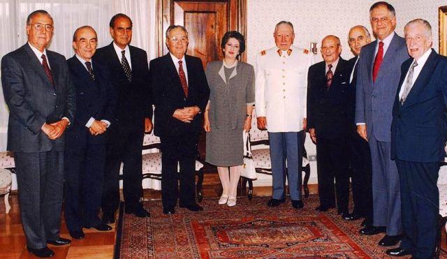 Olga Feliú y el grupo de Senadores designados junto al exdictador.