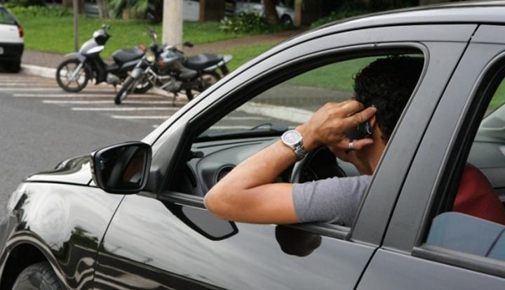 Resultado de imagem para dirigir usando celular