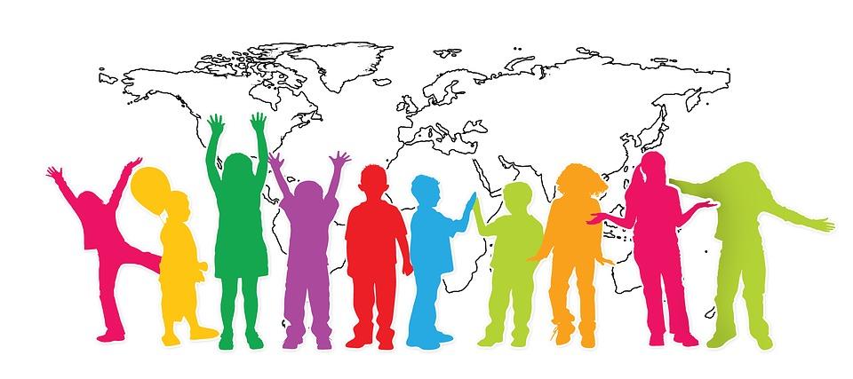 Ilustración de un mapamundi en blanco y negro, detrás de siluetas de niños y niñas de colores.
