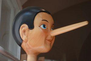 cara de pinocho en madera con la nariz grande