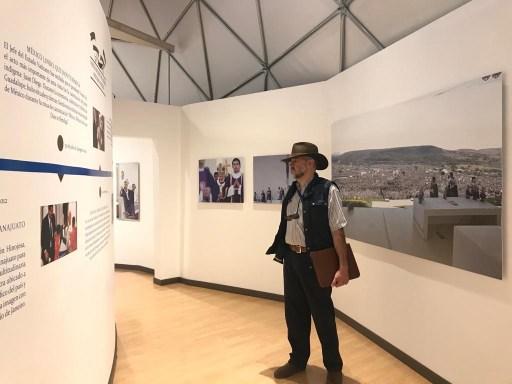 """Imagen de JR ante la historia de las visitas papales en la exposición la """"Sacristía del Papa Benedicto XVI"""" en el parque Bicentenario, Silao, Guanajuato."""